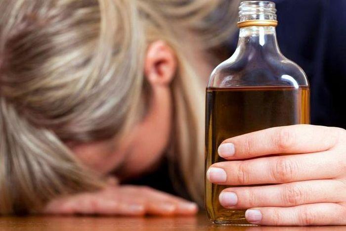 от чего алкоголизм у женщин и чем лечить