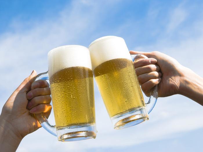 парень пьет пиво каждый день