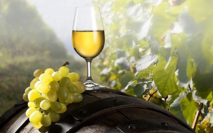 больше всего флавоноидов в вине из белого винограда