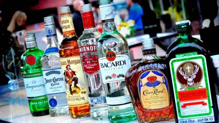 чистый напиток из этилового спирта