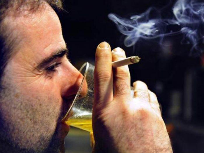 В первую очередь ощутимо страдает печень, которой приходится устранять продукты распада алкоголя