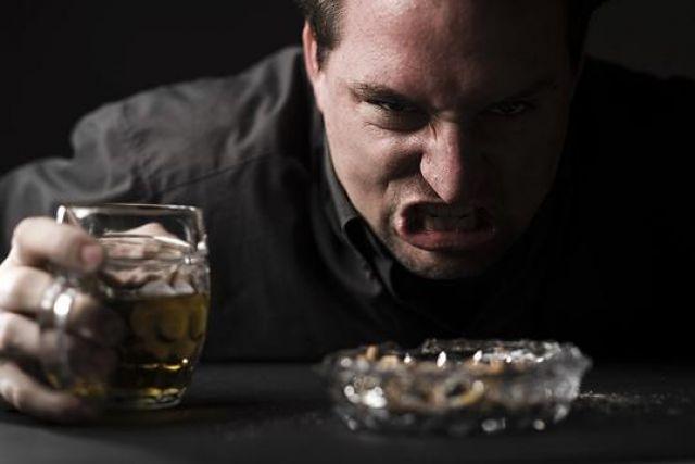 Итогом постоянного употребления алкогольных напитков является полная деградация человека
