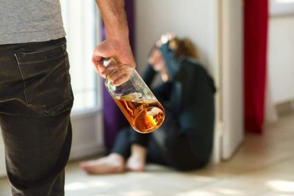 человек при наблюдении за другими пьющими людьми начинает усваивать модель их агрессивного поведения