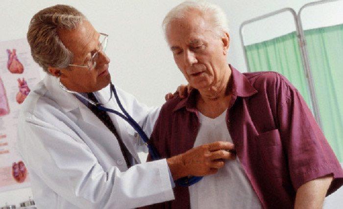 при сильных болях в груди нужно вызвать скорую