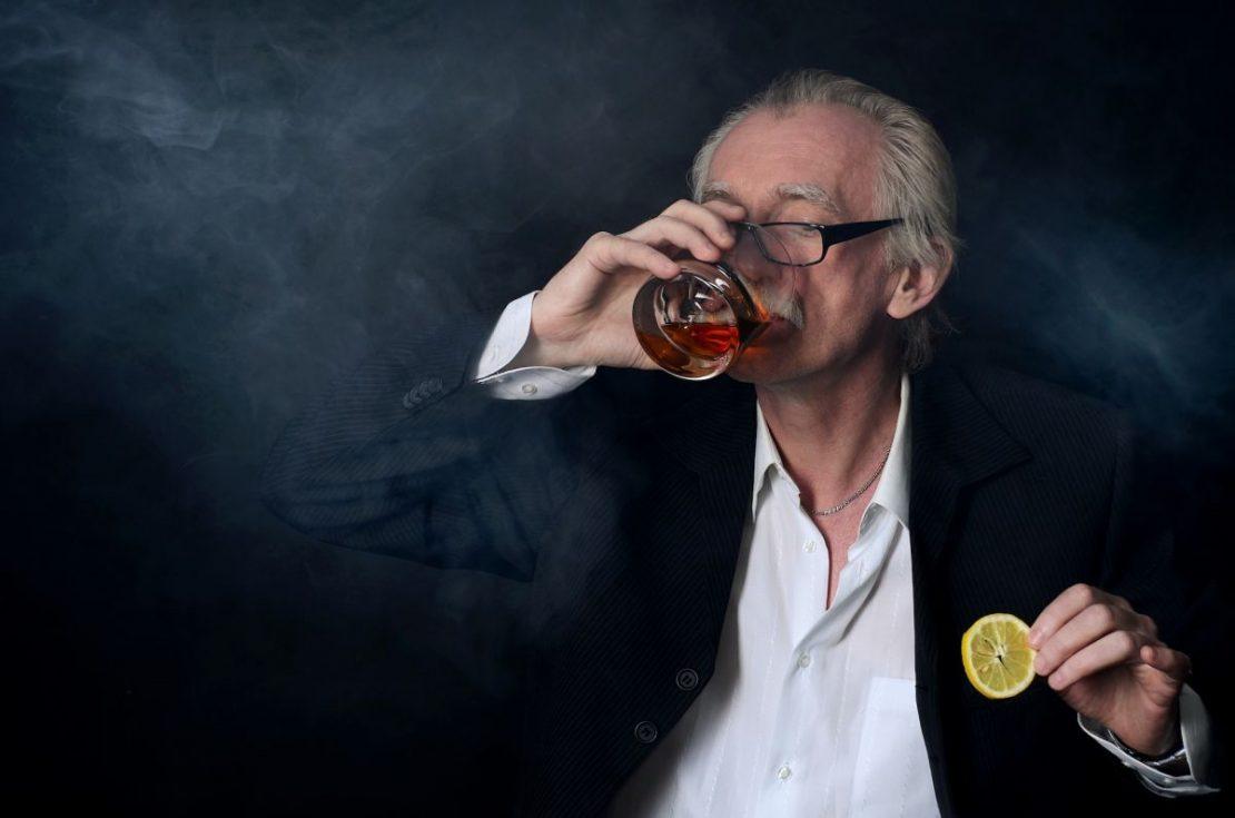 пожилые люди выпивают алкоголь