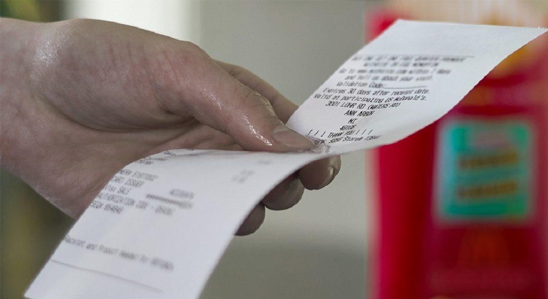 чек в руке
