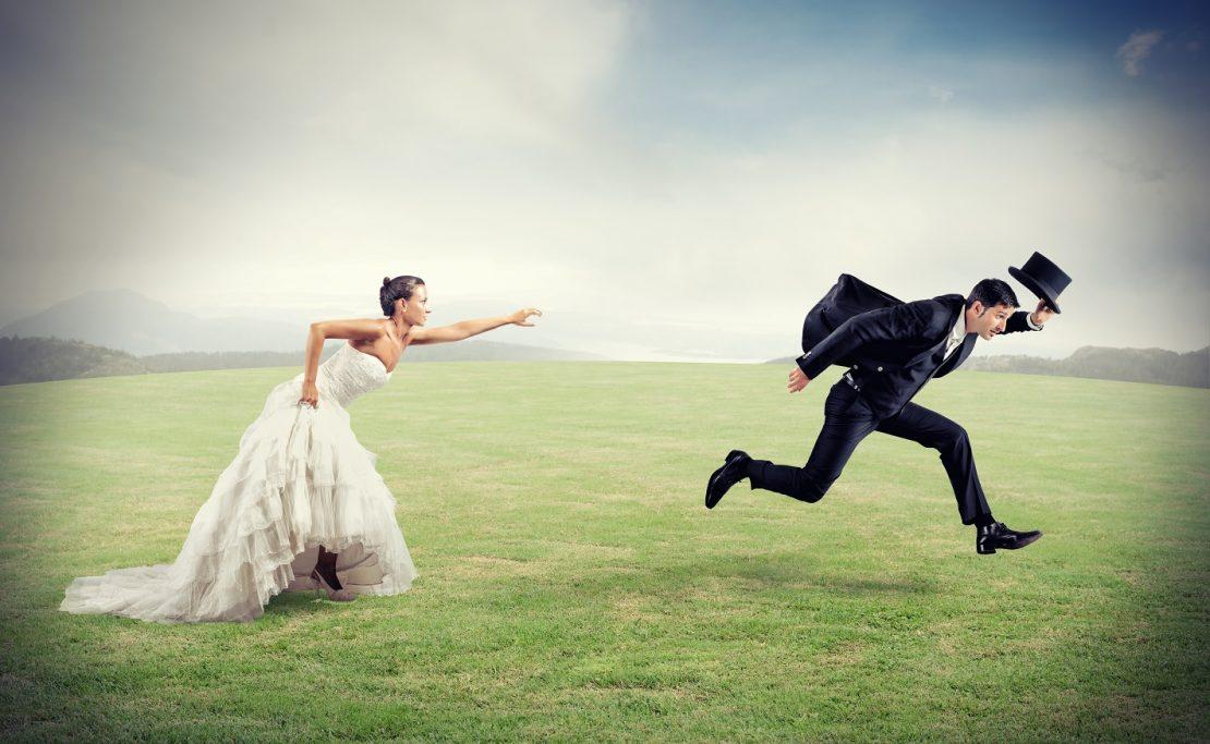 мужчина бежит от женщины
